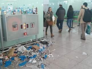 Residuos acumulados en las terminales de El Prat.