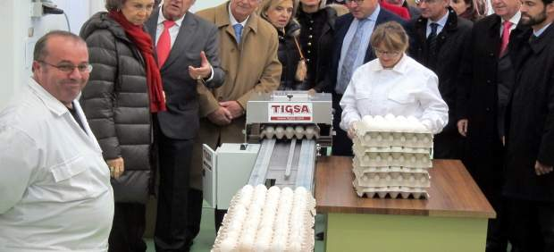 Doña Sofía visita la cadena de sellado de huevos