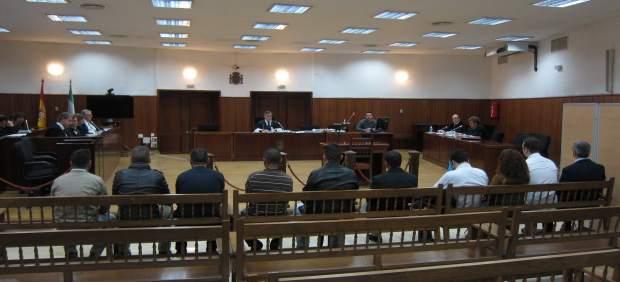 Juicio a los acusados de tener sexo con una menor, con el agente policial a dcha