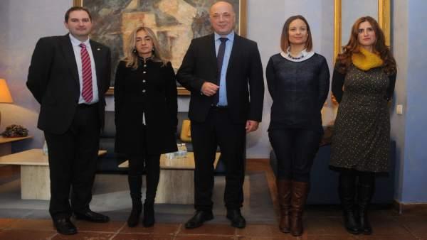 Antonio Ruiz (centro), con responsables de Cruz Roja