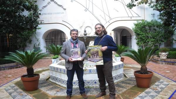 El delegado de Caminos Rurales, Francisco Sánchez (izda.) con el cartel