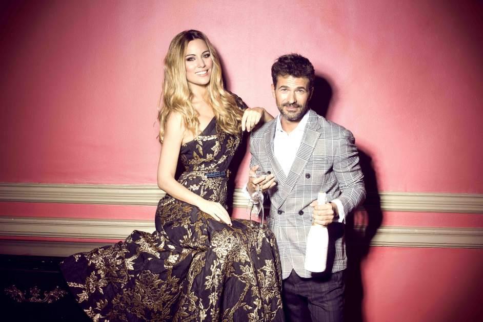 Fiesta en el Palace. La cantante Edurne posa con un vestido brocado de Andrew GN y el actor Rodolfo Sancho, una chaqueta y pantalón de Zara con camisa de Scalpers.