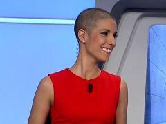 Una presentadora reaparece sin pelo tras su cáncer de mama
