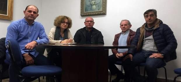 El alcalde y la diputada provincial con los trabajadores