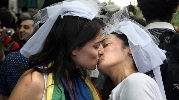 Dos mujeres se besan en una manifestación a favor del matrimonio homosexual en Argentina.