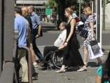 Discapacitado, persona con discapacidad, paseando por la calle, caminando