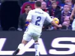 Real Madrid y Barcelona reclamaron sendos penaltis a Clos