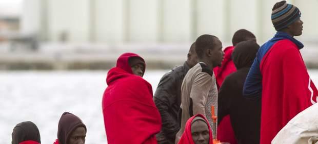 Rescatan a 92 inmigrantes en cinco pateras y localizan a 22 más ocultos en un camión