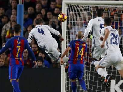 Ramos marca el 1-1 en el Camp Nou