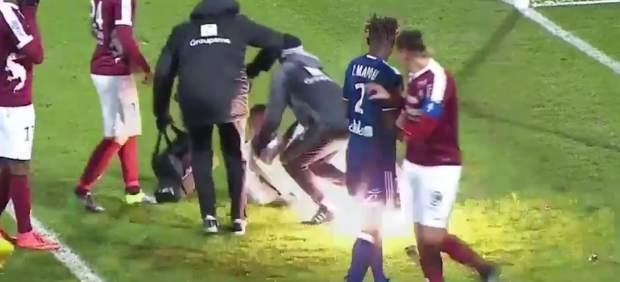 Suspenden un partido de la liga francesa al estallar un petardo bajo un portero