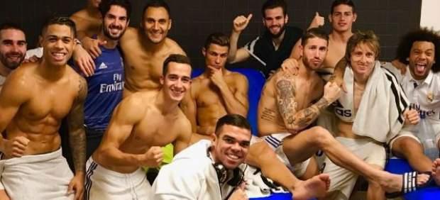 La pose de Cristiano Ronaldo en la foto de celebración del empate en el Camp Nou