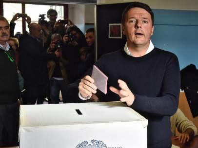 Renzi vota en el referéndum