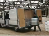 Un repartidor descarga la mercancía de su furgoneta.
