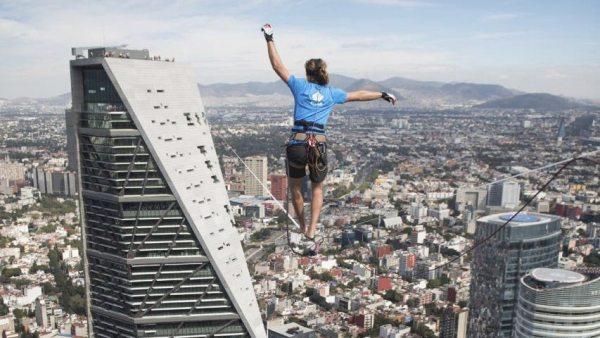 Bate el récord de cuerda floja entre dos rascacielos