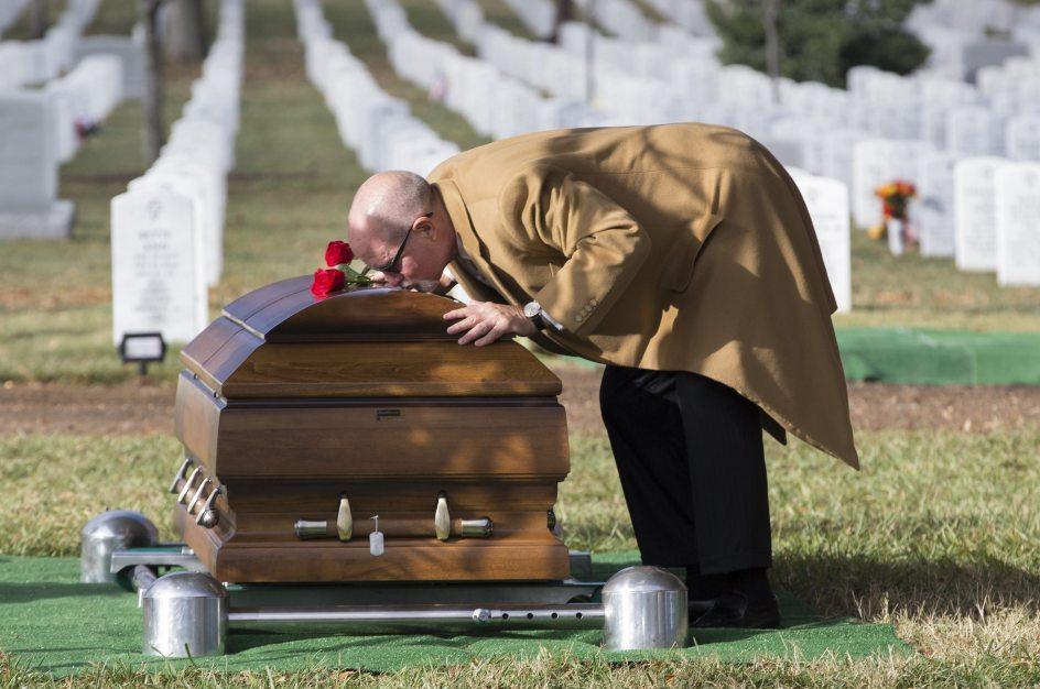 El padre de un militar muerto en una operación en Jordania besa su ataúd en el cementerio nacional de Arlington. (Michael Reynolds / EFE)  Ver más en: https://www.20minutos.es/fotos/imagen/despidiendo-a-su-hijo-386409/#xtor=AD-15&xts=467263