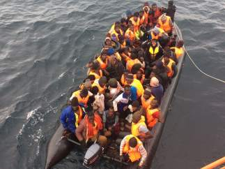 Rescate de una patera con 51 personas a bordo.