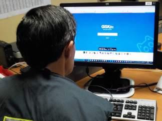 Agente de la policía foral investigando la red social Ask.fm