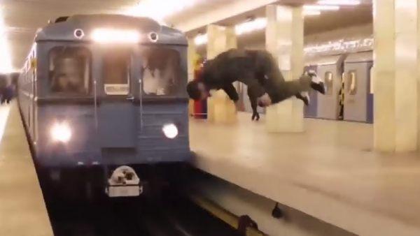 Pirueta a punto de ser atropellado por el metro