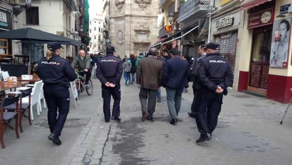 Agentes de la Policía Nacional patrullan por el centro de Valencia