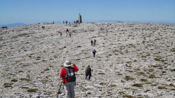 Senderistas llegando a la cumbre de La Maroma