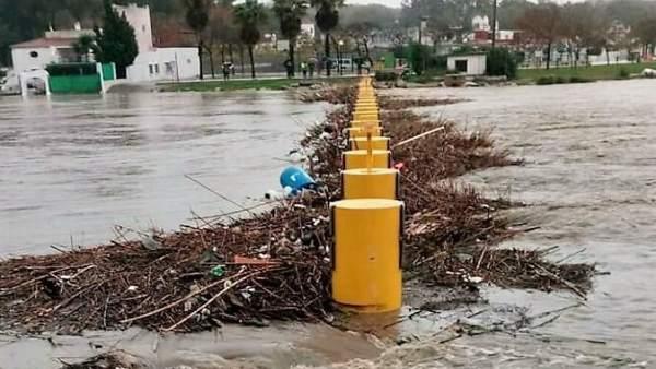 Barrera antinarcos del río Guadarranque tras el último temporal