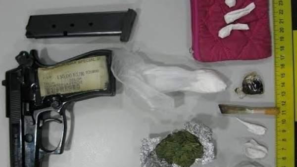 La droga y el arma aprehendidas por la Guardia Civil