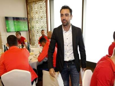 Xavi Hernández visita a sus ex compañeros del FC Barcelona
