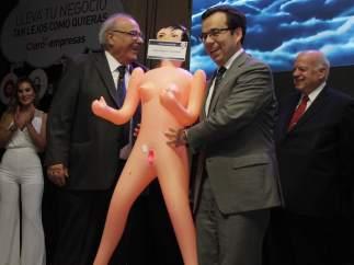 Un ministro recibe una muñeca hinchable