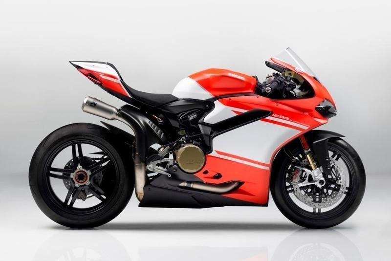 Ducati 1299 Superleggera. Es la motocicleta de serie más exclusiva fabricada nunca antes por Ducati, tan exclusiva que solo se han vendido 500 unidades, con un precio de 92.000 euros. El motor es de 215 CV, bicilíndrico y el más potente fabricado hasta ahora por la marca italiana para un modelo de serie. Más información en arpem.com.