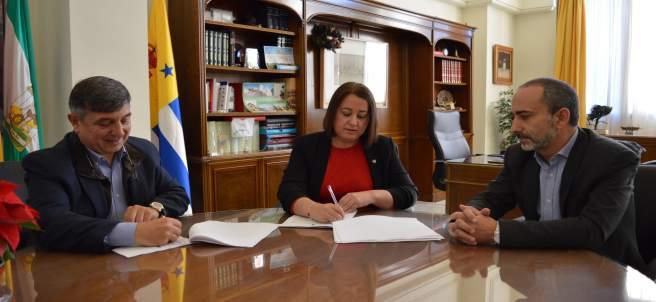 Javier López, Encarnación Anaya y Joaquín Cuevas en la firma.