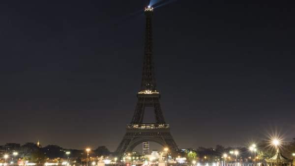 La torre Eiffel (París) se ha apagado en protesta por la situación vivida en Siria.
