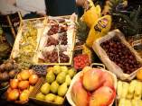 Una frutería en un mercado tradicional