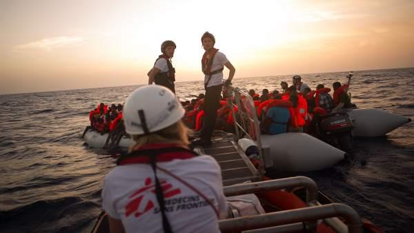 Inmigrantes y refugiados rescatados por MSF en el Mediterráneo