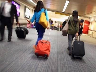 Pasajeros con maleta en aeropuerto