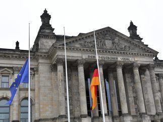 Banderas a media hasta en el Reichstag