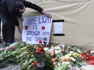 Flores en recuerdo de las víctimas