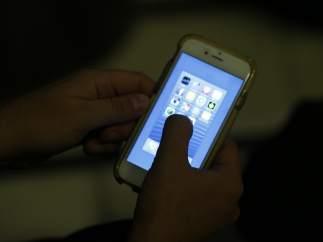 Un usuario utilizando un iPhone.