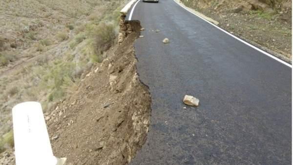 Carretera afectada por las lluvias, socavón, desprendimientos