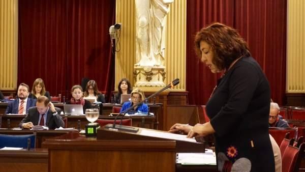 La diputada del PI, Maria Antònia Sureda, en el pleno de Presupuestos
