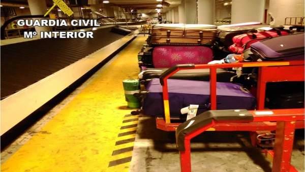 Investigats quatre treballadors de companyies aèries per sostreure objectes de maletes a l'aerpoport