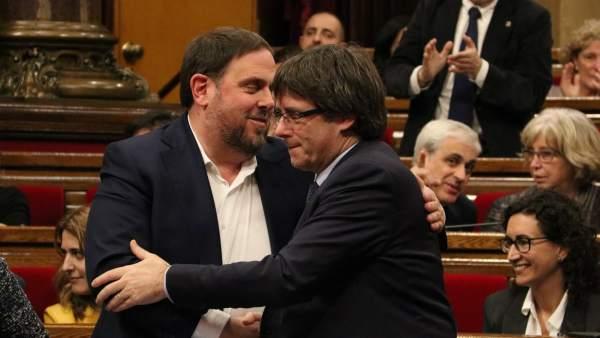 Encajada de manos entre Oriol Junqueras y Carles Puigdemont.