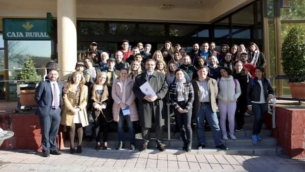 El rector de la UJA con el alumnado de las becas de Atracción de Talento