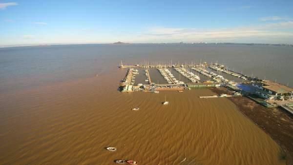Acumulación de sedimentos y materiales sólidos al Oeste del puerto de Los Nietos