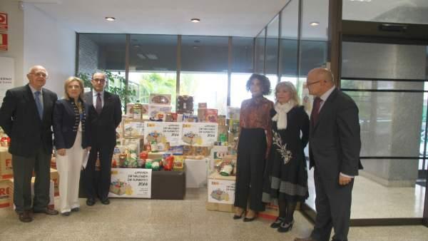 Acto de entrega de los alimentos por la Delegación del Gobierno.