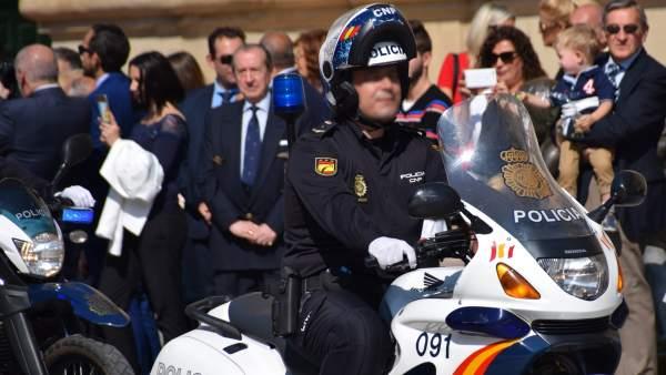 Un agente motorizado de la Policía Nacional, en la plaza del Pilar de Zaragoza.