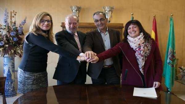 Villalobos firma el convenio con la Fundación TAS