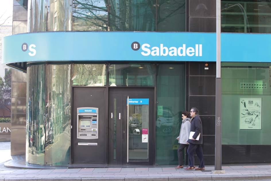 Banco sabadell cerrar unas 250 oficinas en 2017 y for Oficina de empleo sabadell