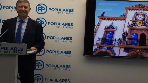 Carmelo Romero junto a una imagen de la nueva fachada