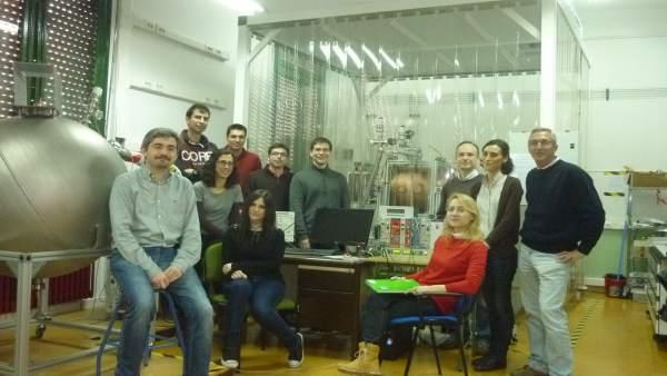 El físico de UZ Igor García Irastorza y su equipo delante del detector TREX-DM