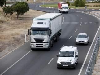 Varios vehículos circulan por la carretera